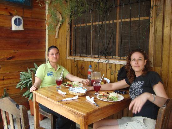 Comedor y Pupuseria Mary: en el patio y con la guía turística
