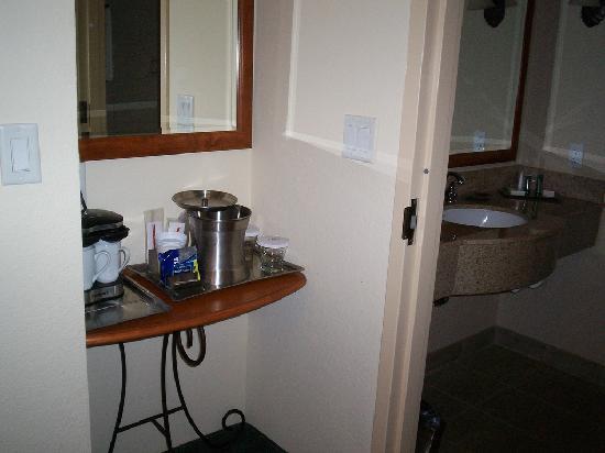هيلتون أوستن إيربورت: Entrance to bathroom