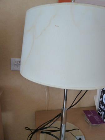Hotel Gravina Cinco: abat jour de la lampe tâché,détail qui fait la différence