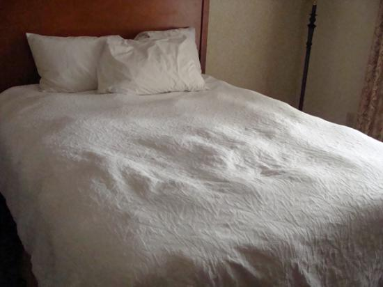 Hampton Inn Dubuque: Freshly made bed - lumpy comforter