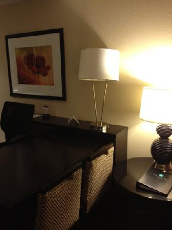 Embassy Suites by Hilton Jackson - North/Ridgeland: desk/dining table