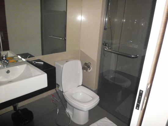 Asoke Suites Hotel: bathroom