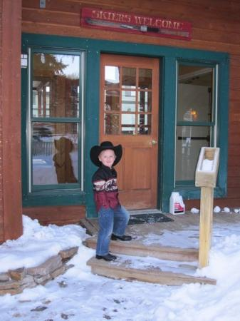 The Alpine House Lodge & Cottages: Our little cowboy at the front door