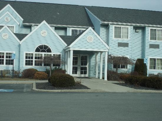 Microtel Inn & Suites by Wyndham Wellsville: Front door