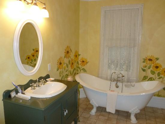 Main Street Inn: View of the bathroom with the clawfooted bathtub.
