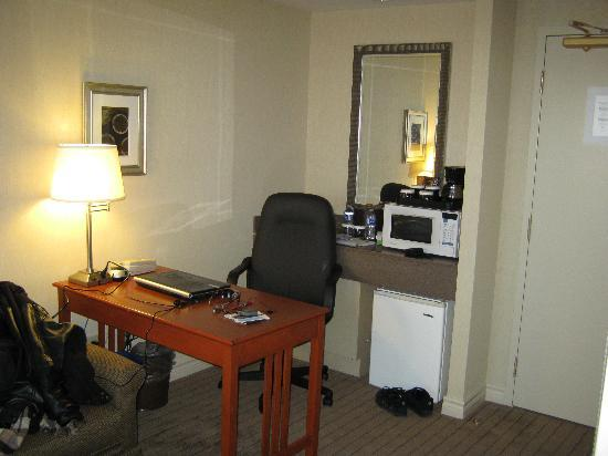 Holiday Inn & Suites Ottawa Kanata: desk