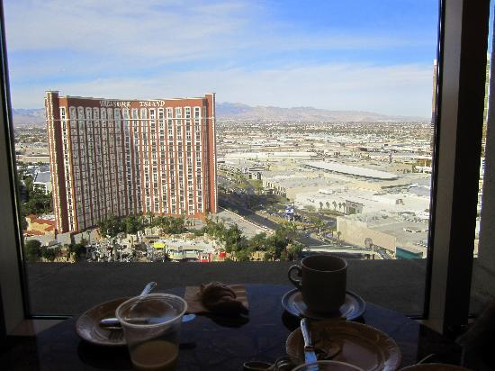The Palazzo Resort Hotel Casino: Breakfast with a view from the Prestige Lounge
