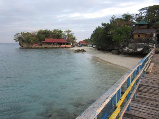 Hundred Islands National Park: Quezon island - wooden bridge and beach