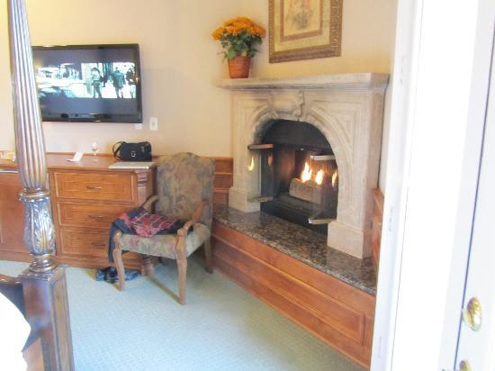 Churon Winery: Cozy room and fireplace