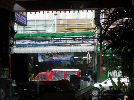 Lamai Inn: 向かいはコンビニ