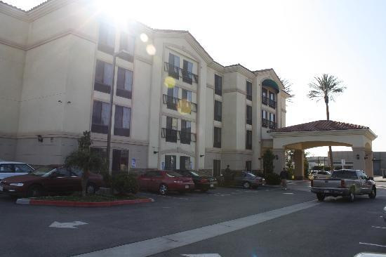 La Quinta Inn & Suites NE Long Beach/Cypress: The outside of the hotel