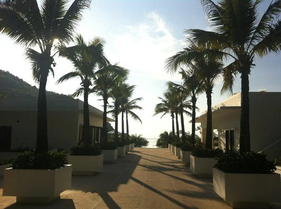 The Racha: the walk to the pool around sunset