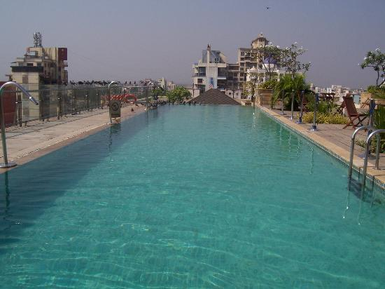 Fortune Select Exotica, Navi Mumbai : Fortune Exotica Rooftop Swimming Pool