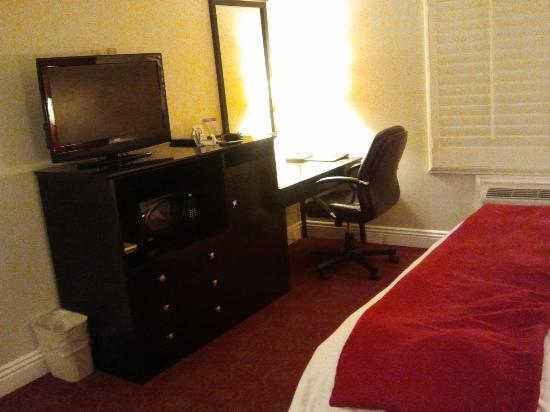 BEST WESTERN Burbank Airport Inn: Desk/TV area of room. Right of photo shows foot of bed.