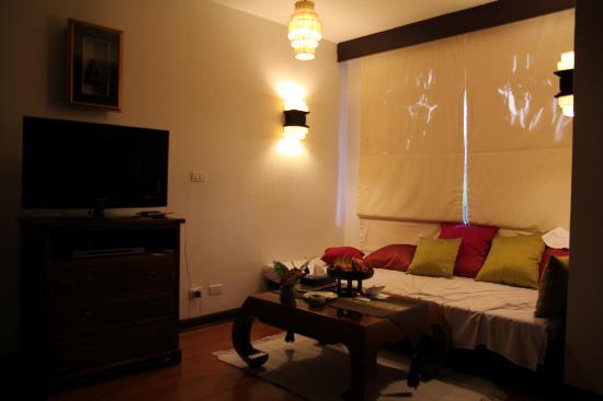 Aquamarine Resort & Villa: Sofa bed with lots of pillows