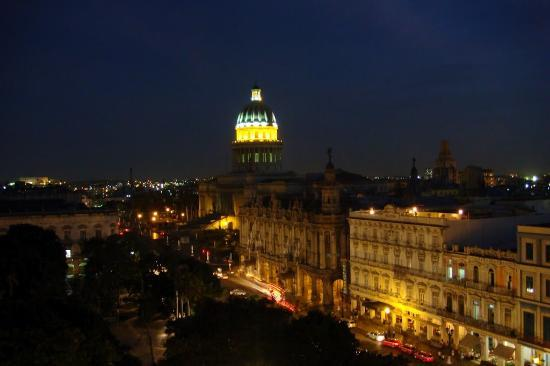 Hotel Parque Central: Вид на ночной Капитолий с крыши отеля