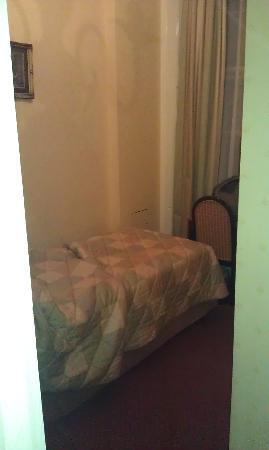 Kensington Gardens Hotel: Poky little cupboard of a room.