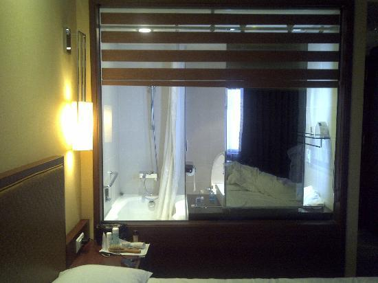 Novotel Ambassador Doksan, Seoul : Odd window to the washroom from the bed 1