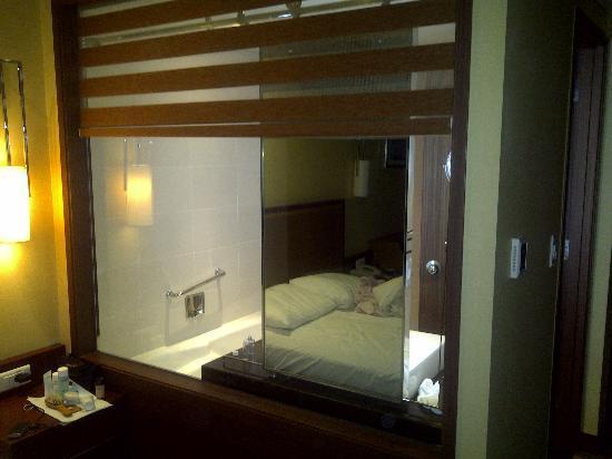 Novotel Ambassador Seoul Doksan: Odd window to the washroom from the bed 1