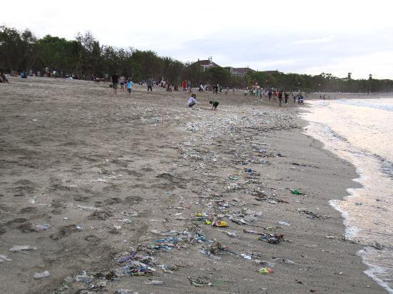 Rabasta Kuta Beach Inn: The not-very-clean beach of Kuta
