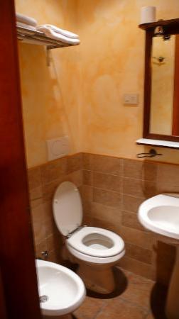 Momi Bed & Breakfast: mexico room - bathroom (shower is behind the door)