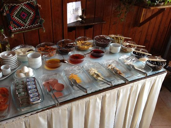 Naz Wooden House Inn: Une partie du buffet