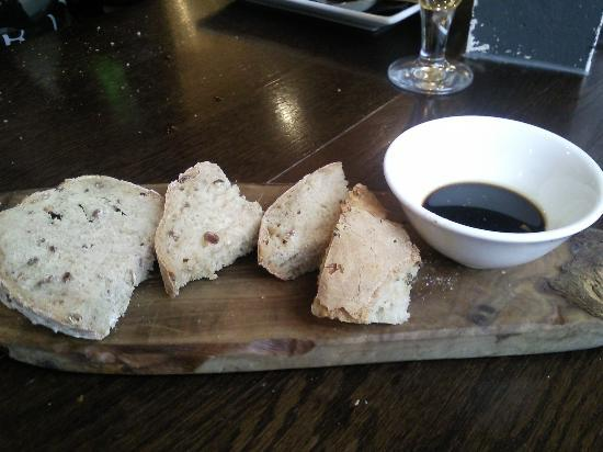 Sante Wine Bar and Restaurant: Homemade bread and oil