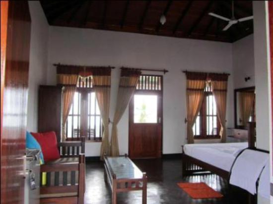 Neela's Guesthouse & Beach Restaurant: room