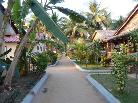Shwe Hin Tha Hotel : links die Stein-Bungalows direkt am Strand und rechts die Holz-Bungalows in zweiter Reihe des Sh