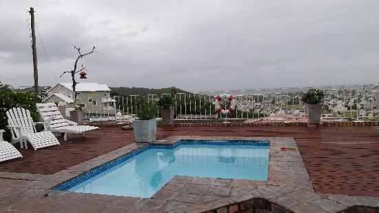 The Lookout Guest House : la piscine