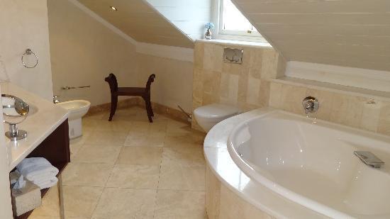 Falcons View Manor: salle de bains