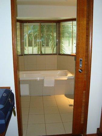 Green Island Resort: vasca da bagno vista foresta pluviale