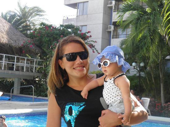Marbellamar Hotel & Resort: La piscina de día mi prima y mi beba