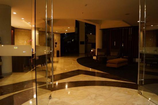 Hotel Santika Bandung : lobby at night