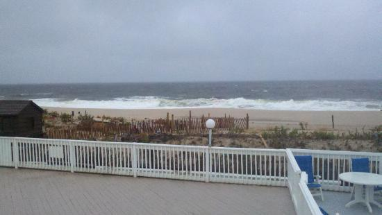 White Sands Oceanfront Resort & Spa: Gloomy day but cant beat the view! The waves were impressive that day...