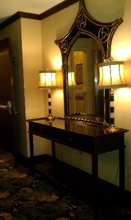 Parkview Hotel: Parson Table In front of Elevators