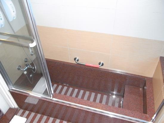 YoMi Hotel: 大きめの浴槽。二人で使えるサイズ。