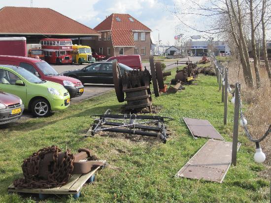 De Rijp, Holland: Stukken oud ijzer op het terrijn