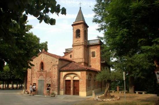 Monta, Italien: Sacro Monte dei Piloni: la Chiesa romanica dei SS. Giacomo e Filippo minore.