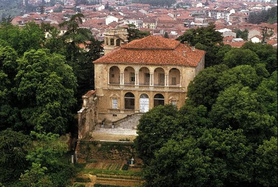 """Monta, Italien: Il Castello cinquecentesco """"Morra Lavriano"""" a Montà d'Alba."""