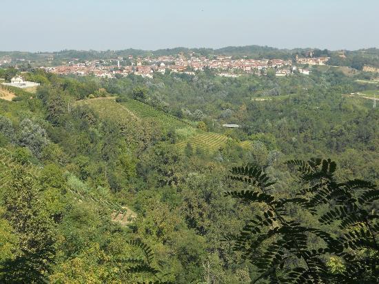 Monta, Italien: Veduta di Montà d'Alba dal Sacro Monte dei Piloni, il località Laione.