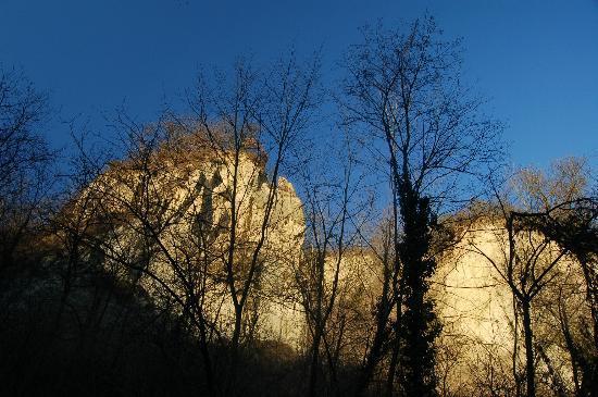 Monta, อิตาลี: Le Rocche, un fenomeno di interesse geologico, visto dal Sentiero del Tartufo.