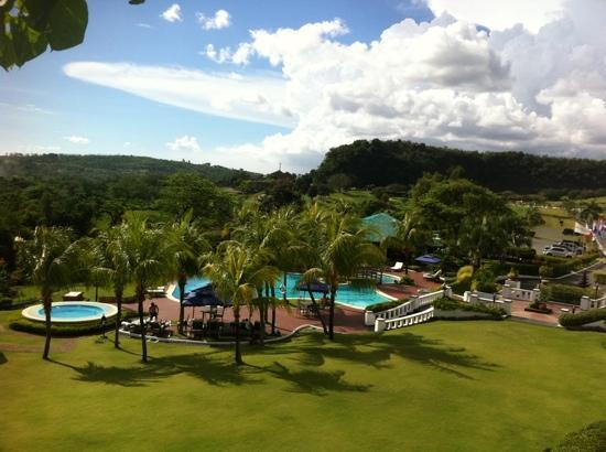 Binangonan, Filippinerna: View of the pool from our veranda - room 209