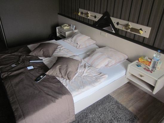 Hotel Butgenbacher-Hof: Le lit  (un poil défait, désolé ... ^^)
