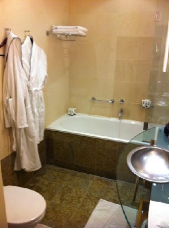 Hotel Nassauer Hof: spacious bathroom