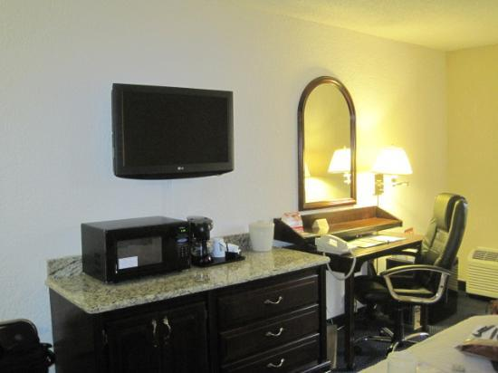 Quality Inn Schaumburg: microwave,fridge & desk with free internet