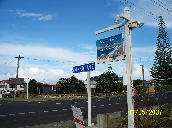 Waihi Beach Lodge: Roadside towards the beach.