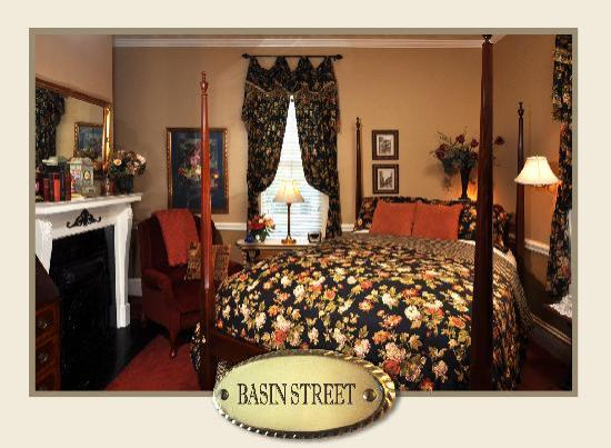 The Aerie Bed and Breakfast : Basin Street room, queen bed with luxury spa bedding, private bath with spa shower with body jet