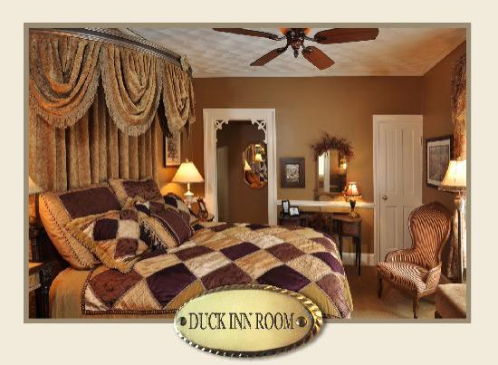 The Aerie Bed and Breakfast : Duck Inn room, queen bed with luxury spa bedding, private bath with deep soaking tub with shower