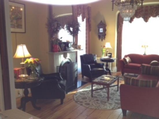 Inn On Carleton: living room